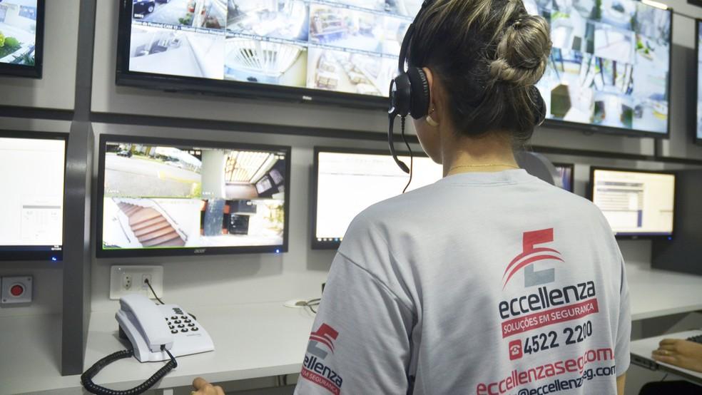 Operadora da Eccellenza durante atendimento da portaria virtual — Foto: Eccellenza/Divulgação