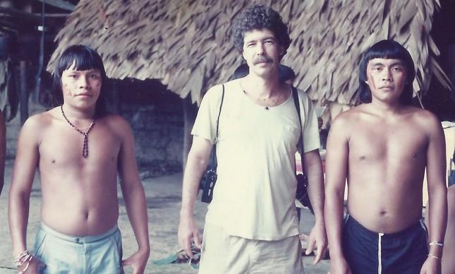 O fotógrafo Milton Guran entre indígenas Yanomami, em agosto de 1991