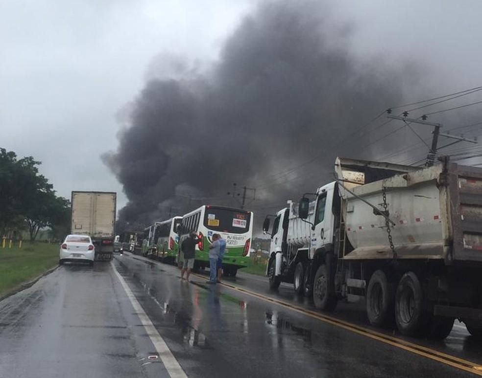 Acidente entre caminhões na BR-465 (antiga  Rio-São Paulo), próximo à entrada de Itaguaí  — Foto: Vivian dos Santos Bonaço / Arquivo pessoal