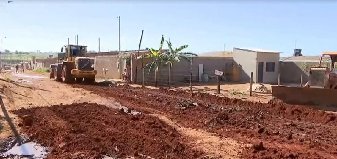 Obras de patrolamento são realizadas em ruas do assentamento 'Glória' em Uberlândia