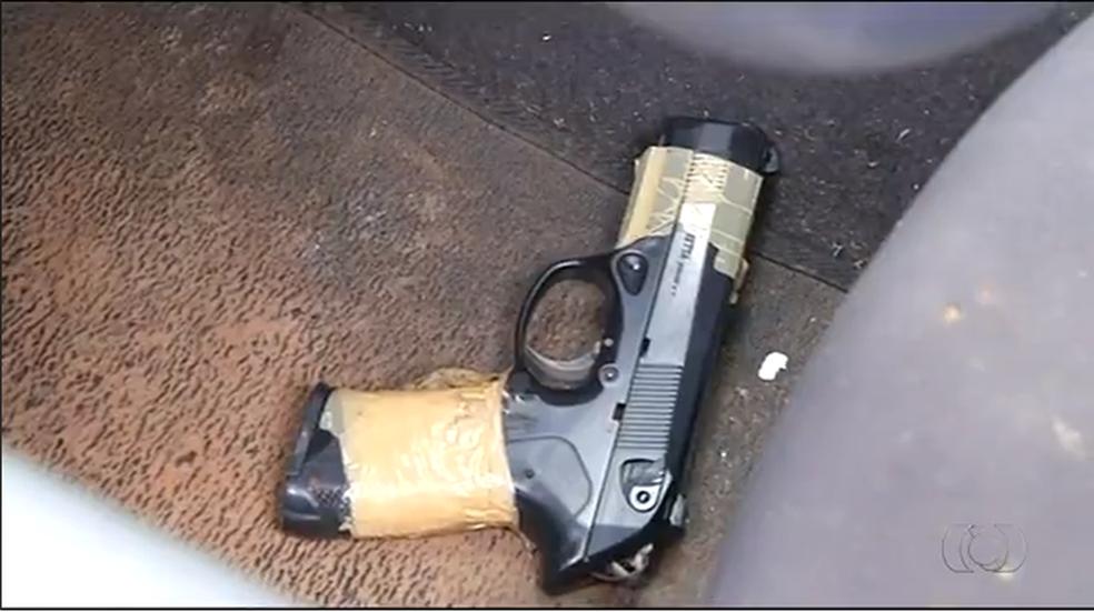 Pistola encontrada dentro de carro em Araguaína (Foto: Reprodução/TV Anhanguera)