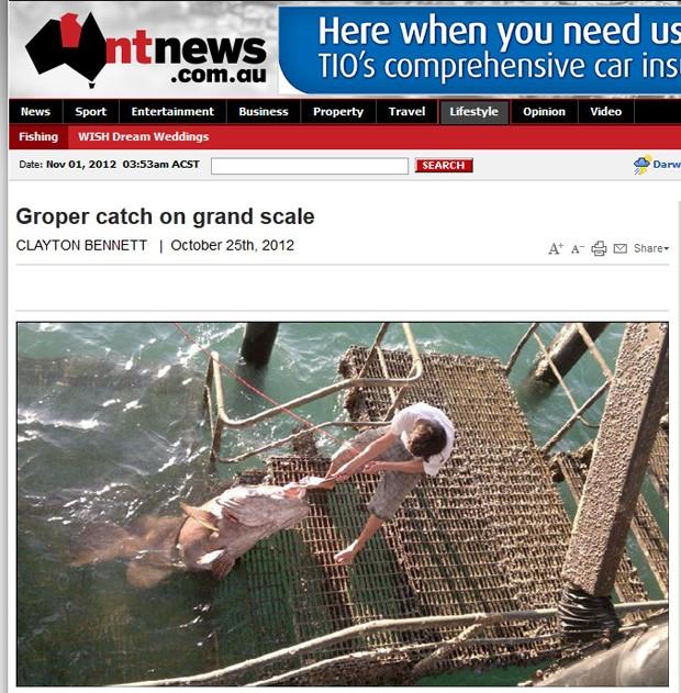Rapaz precisou da ajuda de amigos para retirar peixe do mar (Foto: Reprodução)