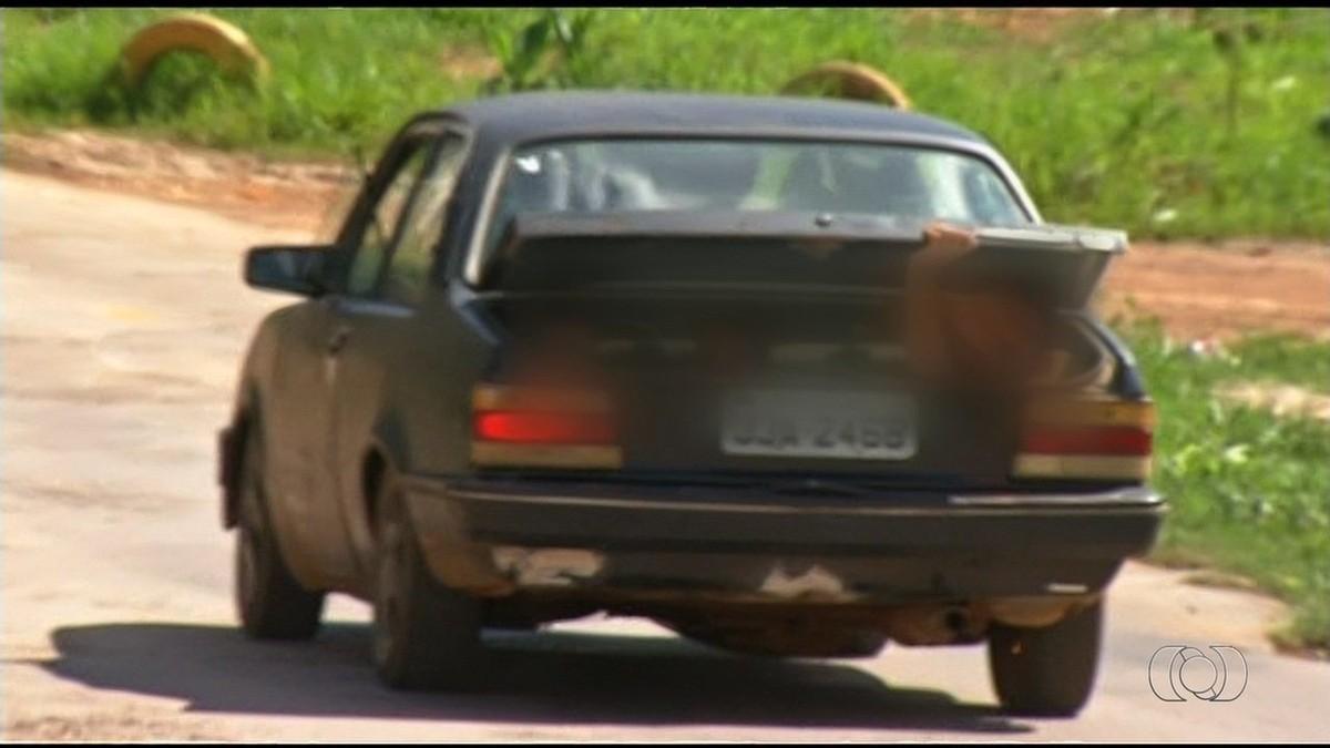 Motorista é flagrado transportando três crianças no porta-malas; veja vídeo