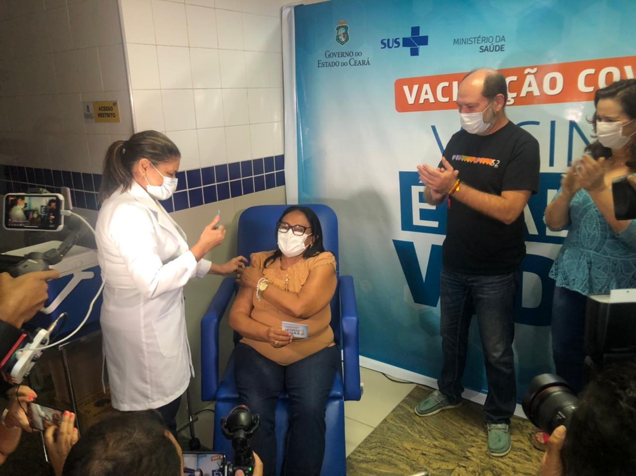 Agente de saúde de 64 anos é a primeira a ser vacinada contra a Covid-19 em Sobral, no Ceará