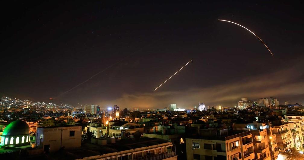 -  Mísseis cruzam o céu de Damasco  Foto: Hassan Ammar / AP Photo