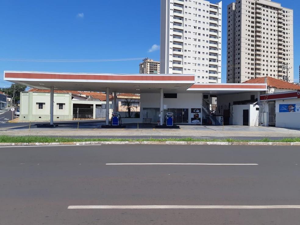Posto de combustíveis fechado 1 hora e meia antes do início da quarentena em Araraquara — Foto: Fernanda Câmara/EPTV
