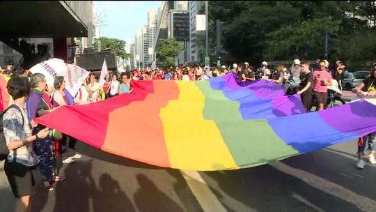 Mulheres lésbicas e bissexuais se reúnem na Avenida Paulista contra a homofobia