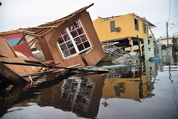 A destroyed house lays flooded in Catano town, in Juana Matos, Puerto Rico, on September 21, 2017. - Puerto Rico braced for potentially calamitous flash flooding after being pummeled by Hurricane Maria which devastated the island and knocked out the entir (Foto: AFP)