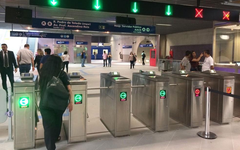 Na Estação AACD do Metrô não tem uma catraca mais larga para cadeirantes passarem (Foto: Marina Pinhoni/G1)