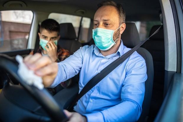 Homem higieniza cabine do carro (Foto: Getty Images)