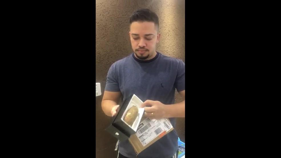 Homem recebe pedaço de mandioca no lugar do celular no Rio de Janeiro — Foto: Reprodução/ TV Globo