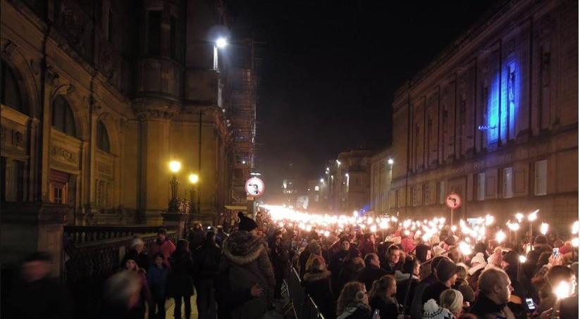Procissão com tochas acesas em Edimburgo, na Escócia (Foto: Flavia Castellano)