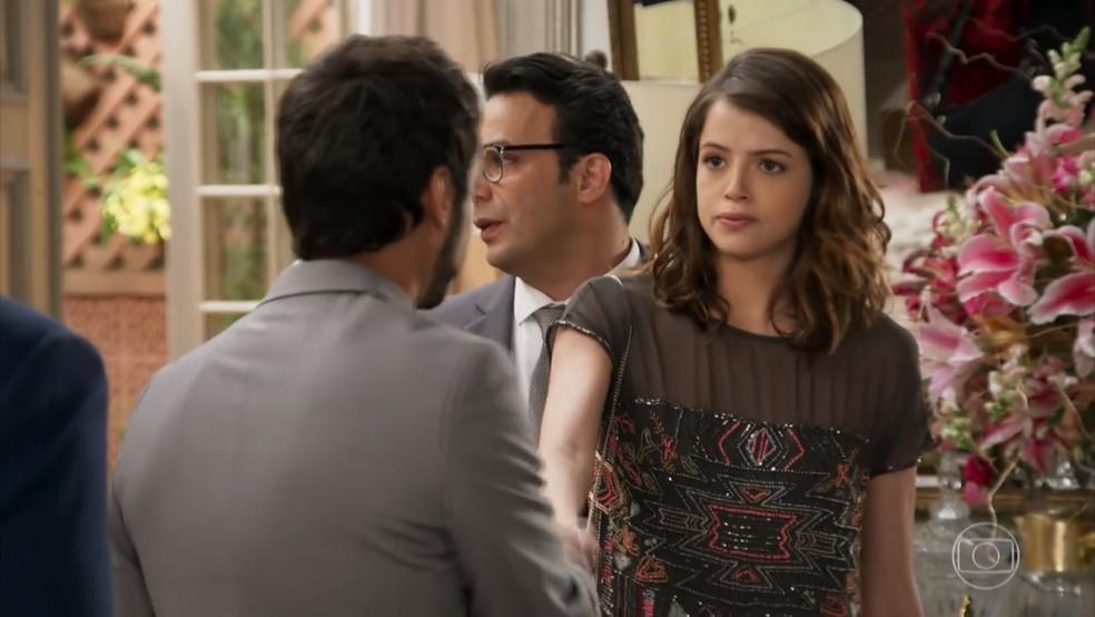 Camila (Agatha Moreira) é apresentada a Leozinho (Gabriel Godoy) e lembra do passado de criminoso dele - 'Haja Coração' — Foto: Globo