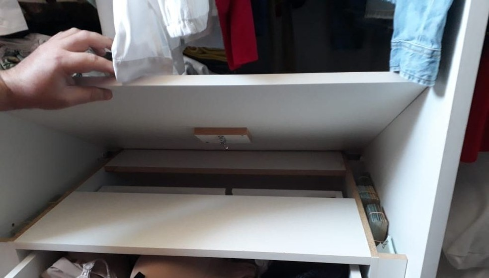 Dinheiro foi encontrado em fundos falsos de gavetas nos endereços onde foram cumpridos mandados de busca e apreensão pelo Gaeco de Bauru — Foto: Gaeco/ Divulgação