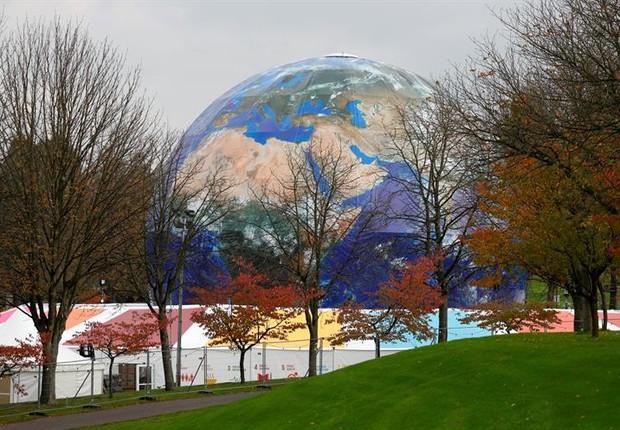 Globo gigante é colocado em Bonn, na Alemanha, para a COP23 - clima - mudanças climáticas - Acordo de Paris (Foto: EFE/RONALD WITTEK)
