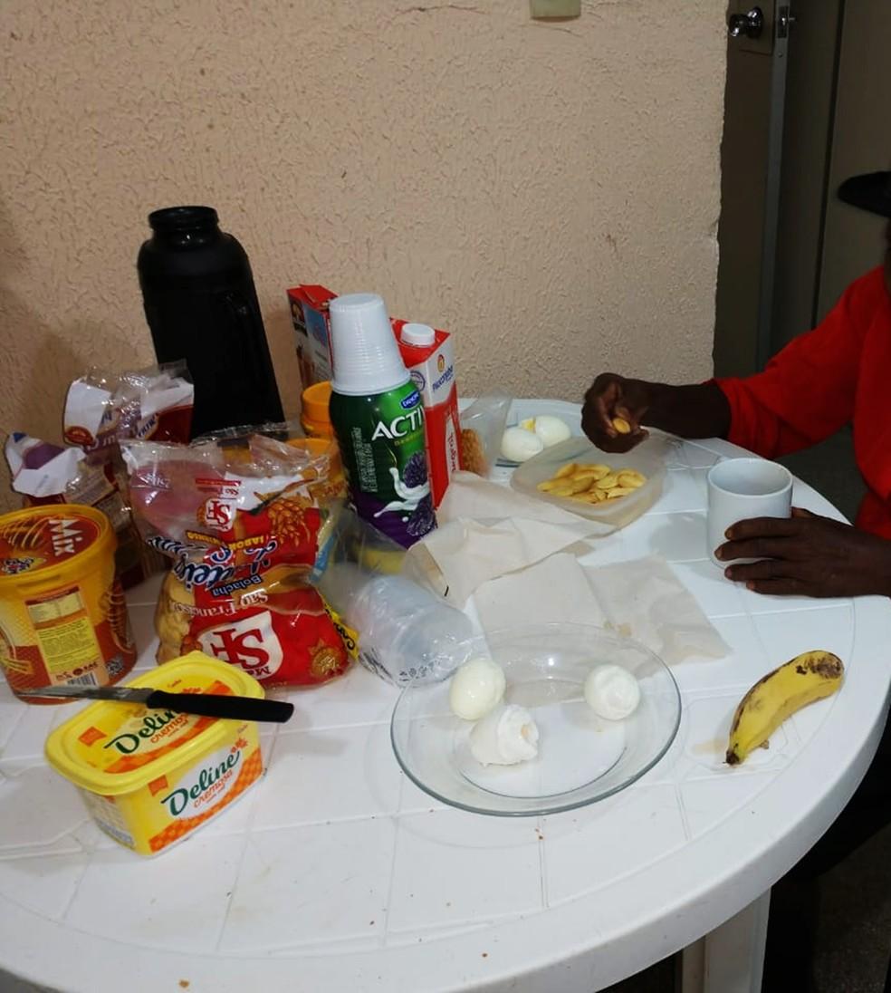 Resgatado pela segunda vez, idoso dormiu e tomou café da manhã na delegacia de Assu, onde permanece até que seja levado para um abrigo apropriado — Foto: Polícia Civil do RN/Divulgação