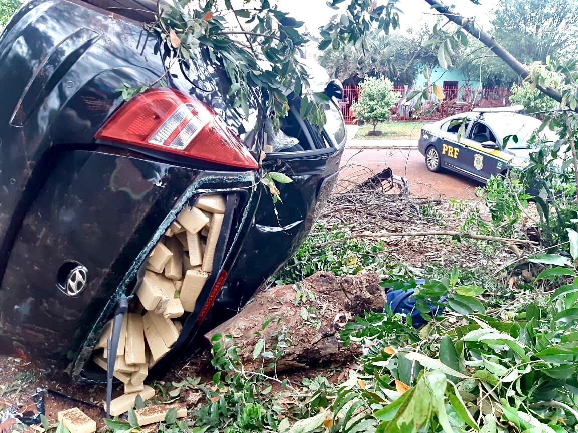 Motorista foge após bater carro carregado com maconha durante perseguição em Cascavel, diz PRF