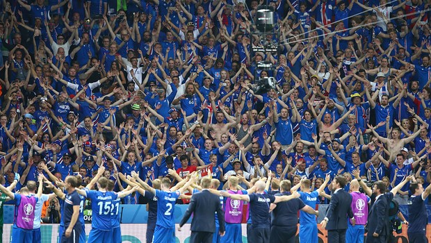 Torcida da Islândia na Eurocopa. NICE, FRANCE - JUNE 27: Iceland supporters celebrate their team's 2-1 win after the UEFA EURO 2016 round of 16 match between England and Iceland at Allianz Riviera Stadium on June 27, 2016 in Nice, France (Foto: Alex Livesey/Getty Images)