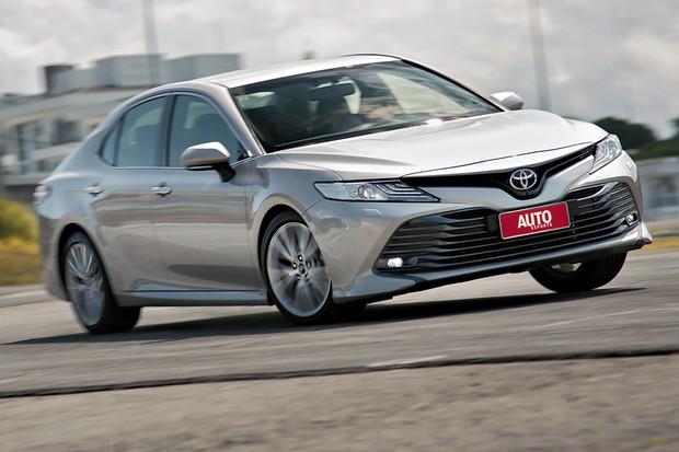A grade inferior tipo bocão e os vincos dão agressividade ao Toyota (Foto: Fabio Aro/Autoesporte)