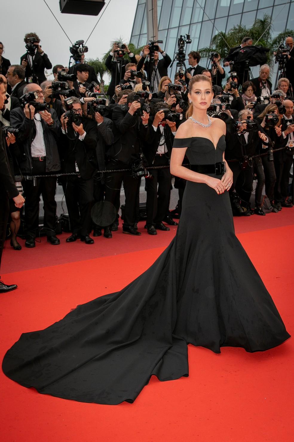 Marina Ruy Barbosa aposta em vestido preto com cauda para