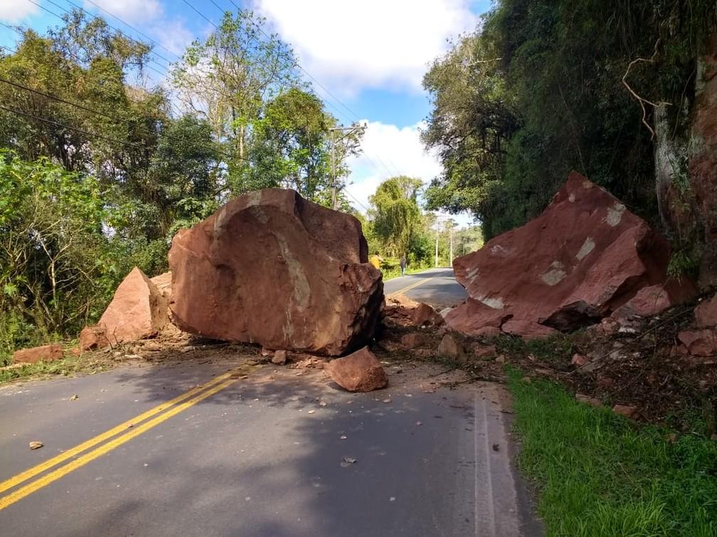 Desmoronamento bloqueia a PR-477, em União da Vitória  (Foto: Jair Piloto Nunes)