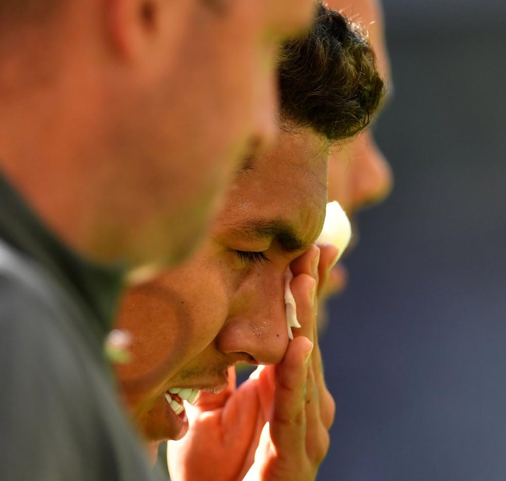 Roberto Firmino sai de campo sentindo olho esquerdo — Foto: Reuters