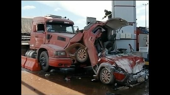 Rapaz que teve carro prensado entre dois caminhões na praça de pedágio recebe alta