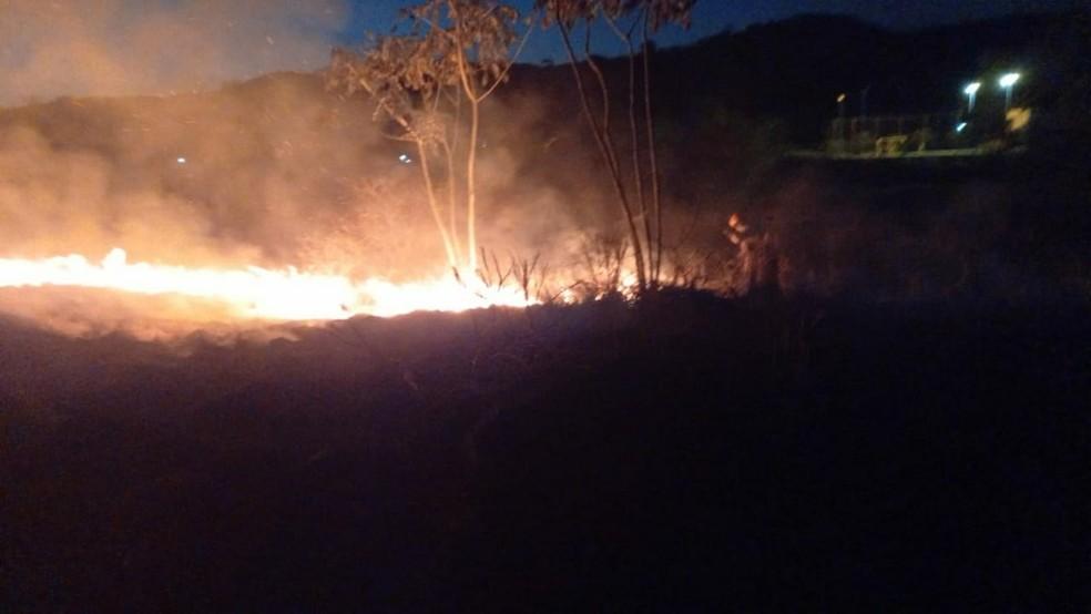 Foram utilizados 1000 litros de água para combater às chamas — Foto: Divulgação/Corpo de Bombeiros