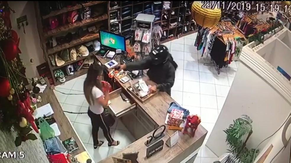 Vítima tira o dinheiro do caixa, criminoso aponta arma em direção ao rosto dela e atira logo em seguida — Foto: Reprodução/Inter TV Cabugi