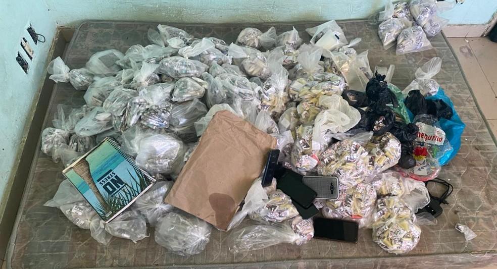 Drogas apreendidas dentro de residência em Barra do Piraí — Foto: Divulgação/PM