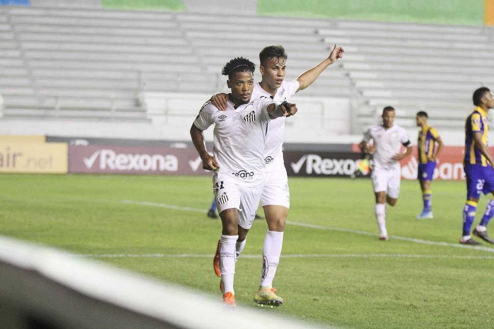 Marinho comemora gol com Kaio Jorge — Foto: Staff Images / CONMEBOL