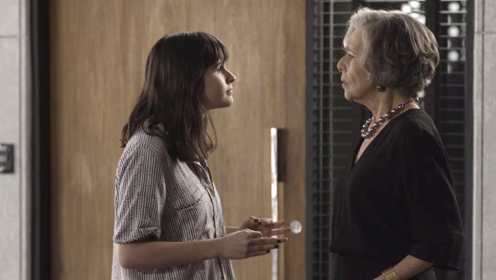 Bebeth faz pedido a Sabine após discussão com Maria Pia (Foto: TV Globo)