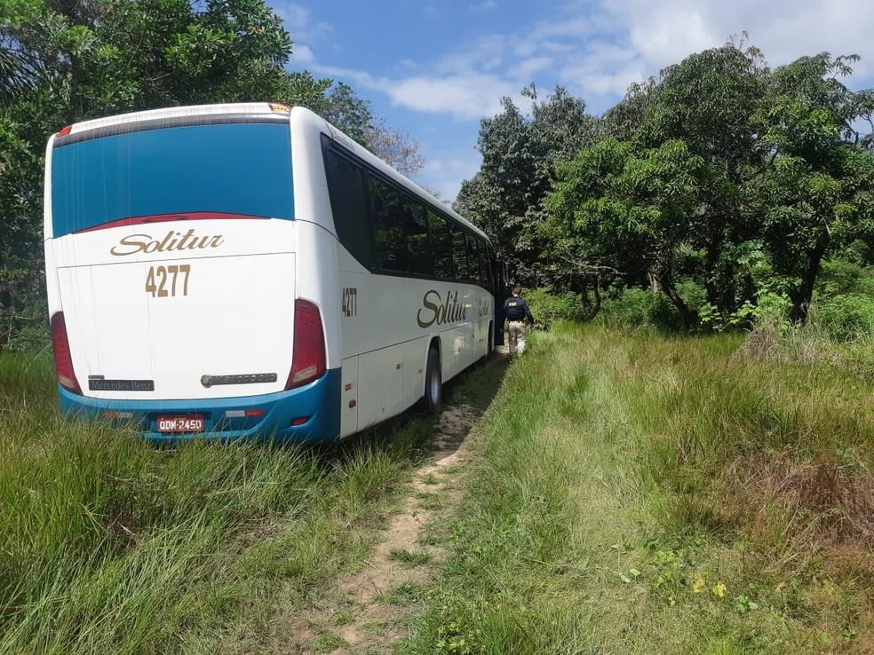 Ônibus que fazia linha da cidade de Coelho neto para Chapadinha levava 37 passageiros — Foto: Divulgação/Polícia Rodoviária Federal