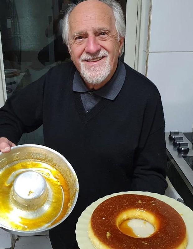 Ary Fontoura prepara pudim de leite (Foto: Reprodução/Instagram)