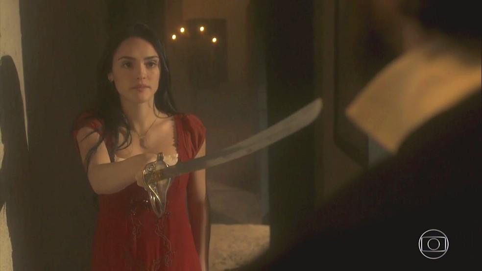 Anna (Isabelle Drummond) ataca Thomas (Gabriel Braga Nunes), em 'Novo Mundo' — Foto: TV Globo