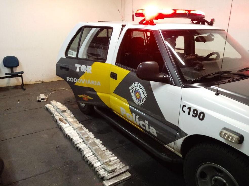 Droga apreendida em Presidente Epitácio estava escondida em diversas partes do carro (Foto: Polícia Militar/Cedida)