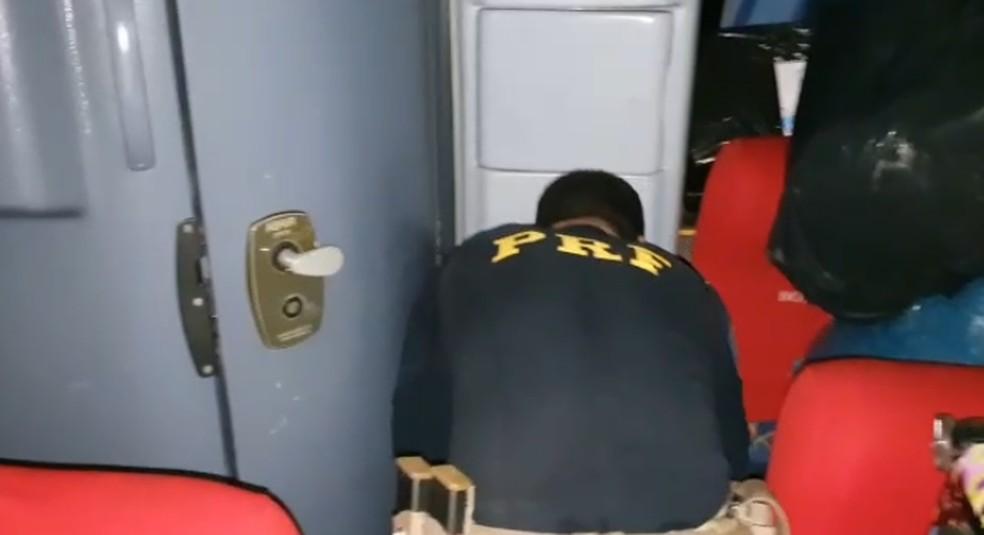 Parte das drogas estava escondida no lixeiro do banheiro — Foto: Reprodução/PRF