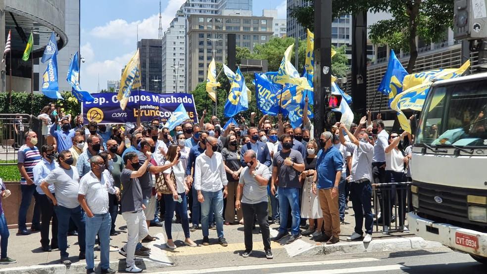 Multidão ao redor de Bruno Covas na Avenida Paulista — Foto: TV Globo