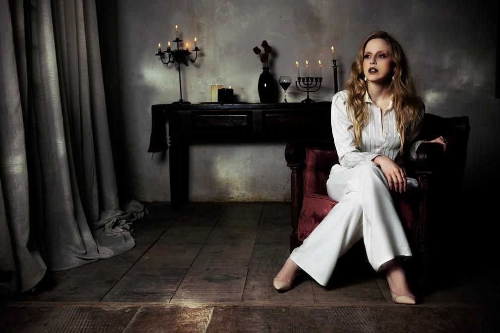 """É nesse """"luxo"""" sombrio que Carminha vive no nosso ensaio com Marcella Ricca (Foto: Raphael Dias / Gshow)"""