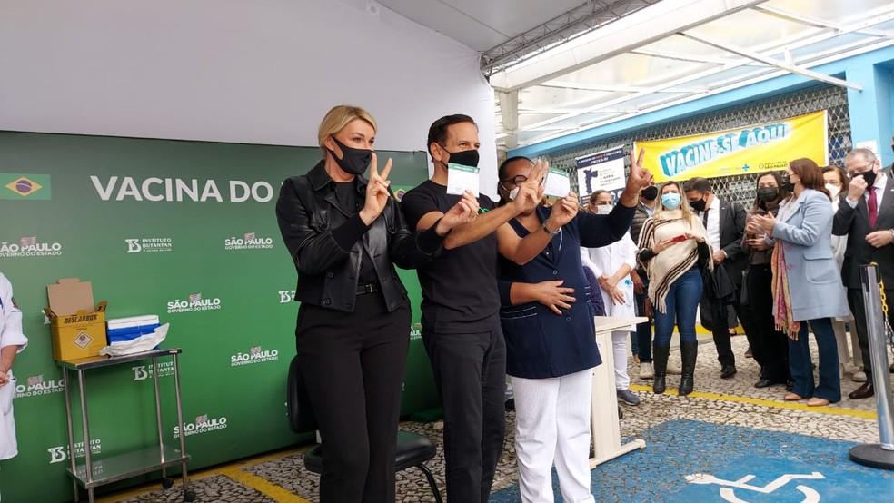 Bia Doria e João Doria após receberem a vacina contra a covid-19. — Foto: Rodrigo Rodrigues/G1