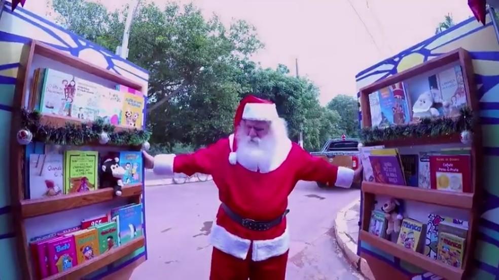 Clóvis trabalha como Papai Noel aos finais de ano para juntar dinheiro e levar projeto adiante (Foto: TV Globo/Reprodução)