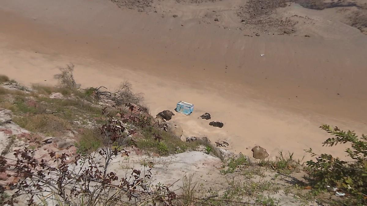 Barracas são incendiadas e têm freezers jogados da Barreira do Cabo Branco, em João Pessoa