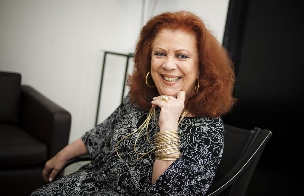 Beth Carvalho no camarim do show em homenagem a Nelson Cavaquinho, no HSBC, em 2012 — Foto: Isadora Brant/Folhapress/Arquivo