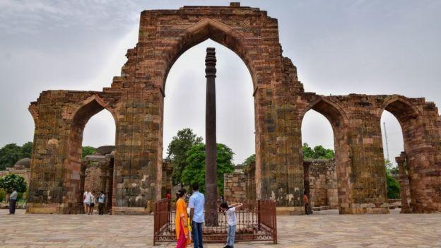 Pilar de Ferro de Déli não oxida, apesar de ter sido construído há cerca de 1,6 mil anos (Foto: GETTY IMAGES/via BBC News Brasil)
