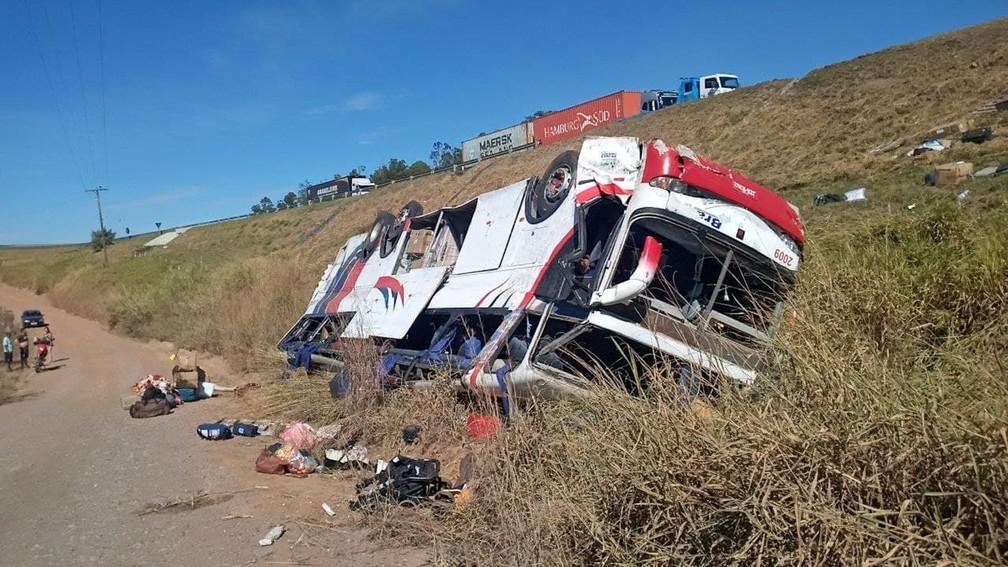 Ônibus saiu da pista da Washington Luís e caiu em ribanceira em Rio Claro  Foto: Polícia Rodoviária