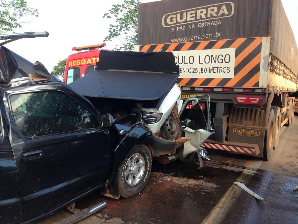 Carros ficaram prensados entre carretas (Foto: PRF/Divulgação)