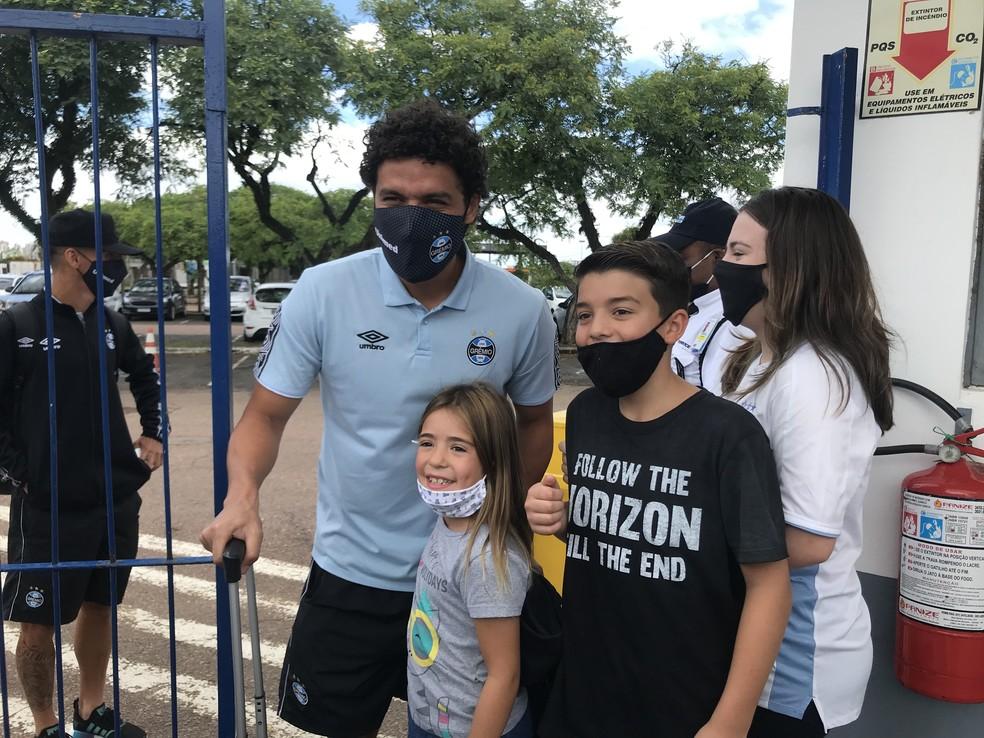 Victor Ferraz bate fotos com fãs na chegada do Grêmio — Foto: Tomás Hammes