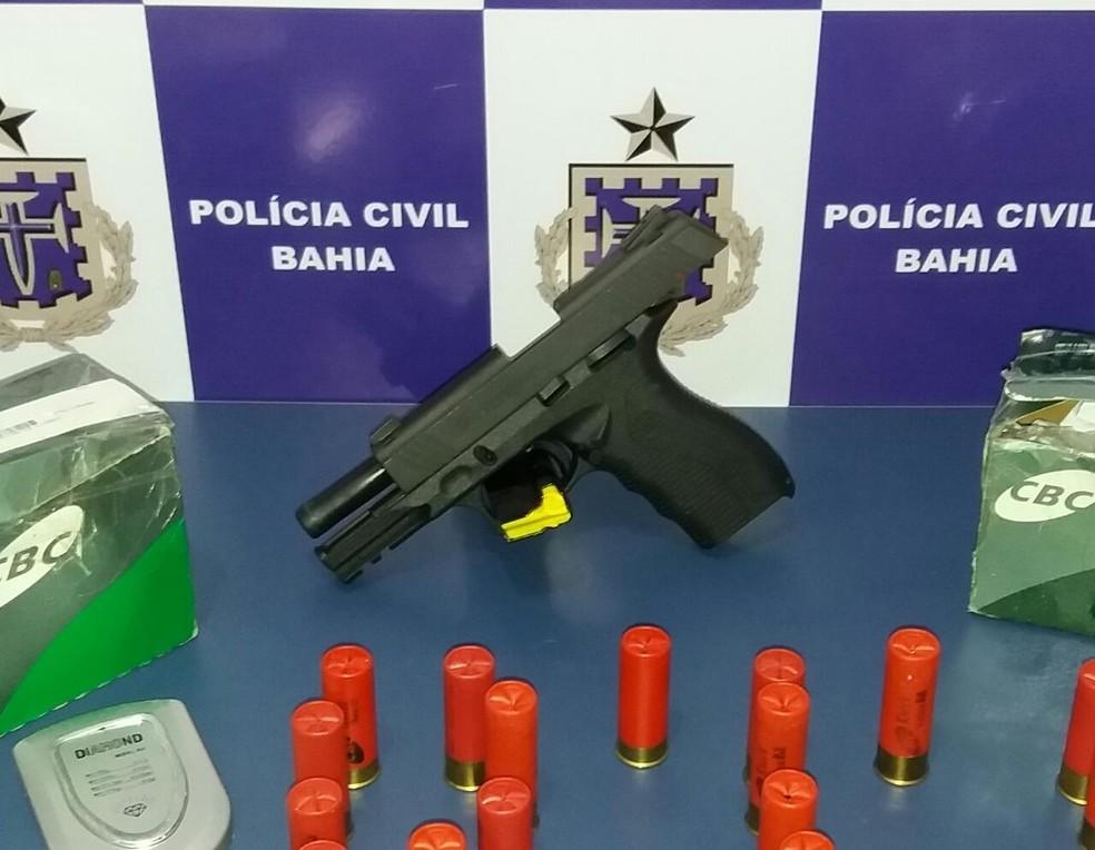 Arma e munições foram apreendidos com casal em Vitória da Conquista (Foto: Polícia Civil/ Divulgação)