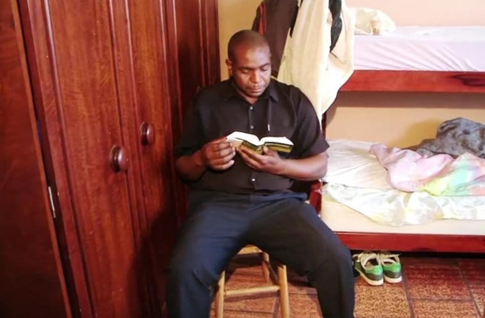 Ex-usuário de drogas, Joel perdeu a própria casa e foi morar em albergue, onde passou a estudar para concurso público (Foto: Reprodução/RBS TV)