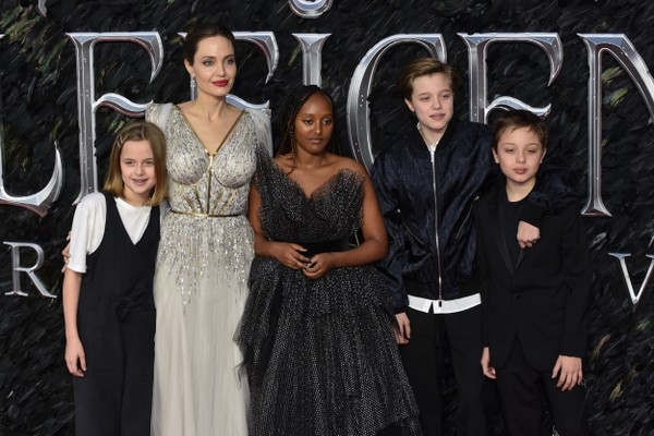 The hollywood actress Angelina Jolie with four of her six children Vivienne, Zahara, Shiloh and Knox (photo: Getty Images)